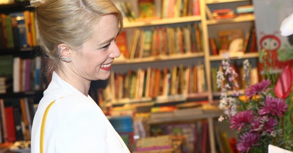 5.ago.2013 - A atriz Mariana Ximenes na sessão de autógrafos do livro