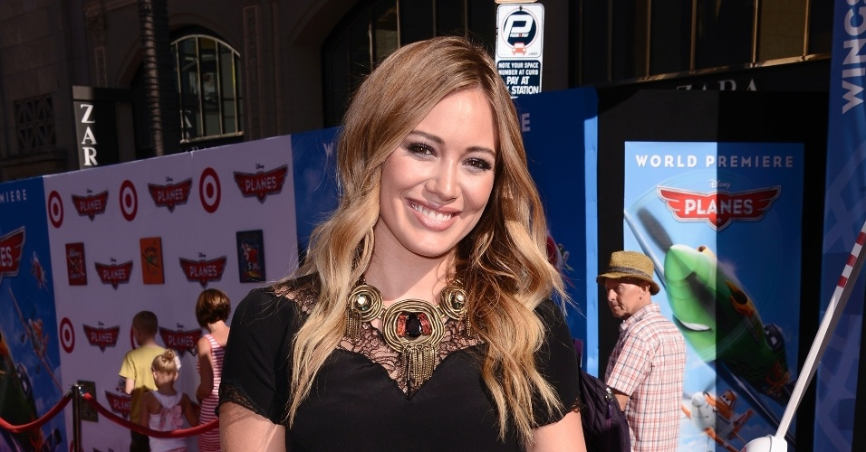 """5.ago.2013 - A cantora e atriz Hilary Duff, uma das estrelas da Disney, marca presença na estreia mundial de """"Aviões"""", em Hollywood"""