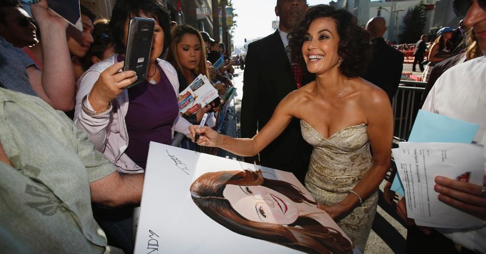 """5.ago.2013 - Atriz de """"Desperate Housewives"""", Teri Hatcher atende fãs no tapete vermelho da première mundial de """"Aviões"""""""
