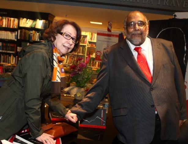 """Moreno, em foto de arquivo com a atriz Fernanda Montenegro, na sessão de autógrafos do livro """"A História de Mora: a saga de Ulysses Guimarães"""""""