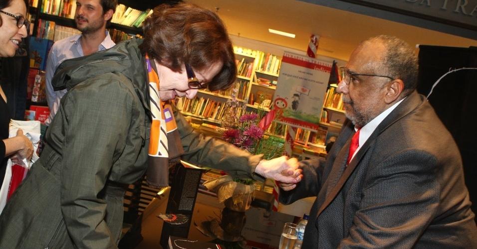 5.ago.2013 - Fernanda Montenegro prestigia o jornalista Jorge Bastos Moreno na sessão de autógrafos do livro