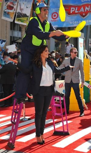 5.ago.2013 - Ivete brinca e posa com malabarista no tapete vermelho do Teatro El Capitan, em Hollywood