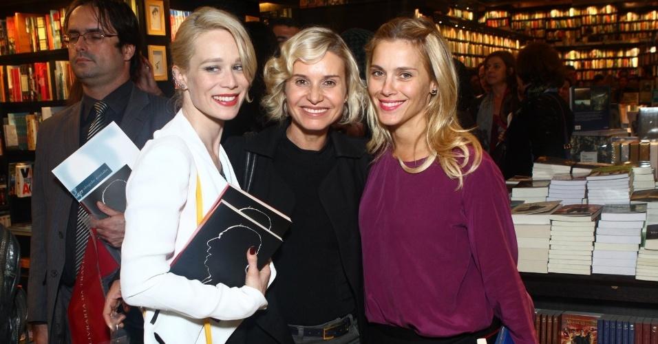 5.ago.2013 - Mariana Ximenes, Paula Burlamaqui e Carolina Dieckmann posam juntas na sessão de autógrafos do livro