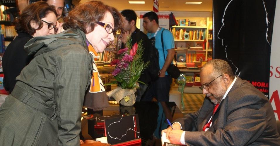 5.ago.2013 - O jornalista Jorge Bastos Moreno autografa o livro