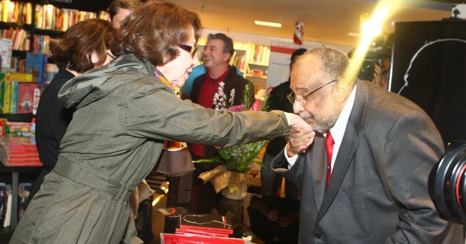 5.ago.2013 - O jornalista Jorge Bastos Moreno beija a mão de Fernanda Montenegro na sessão de autógrafos do livro