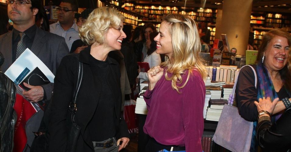 5.ago.2013 - Paula Burlamaqui e Carolina Dieckmann conversam na sessão de autógrafos do livro