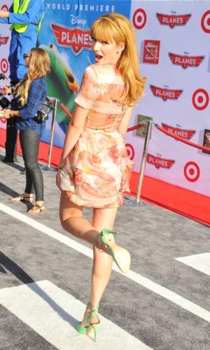 """5.ago.2013 - Uma das estrelas da Disney, a atriz Bella Thorne participa da première mundial de """"Aviões"""", em Los Angeles"""