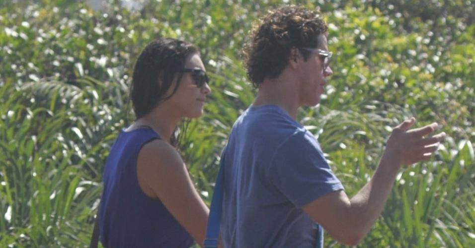 """6.ago.2013 - Débora Nascimento e José Loreto deixam juntos as gravações da novela """"Flor do Caribe"""" na Prainha, no Rio de Janeiro"""