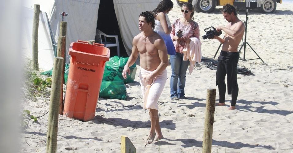 """6.ago.2013 - José Loreto ajeita a toalha e exibe músculos durante gravação de """"Flor do Caribe"""" na Prainha, no Rio de Janeiro.. Na trama, ele é Candinho"""