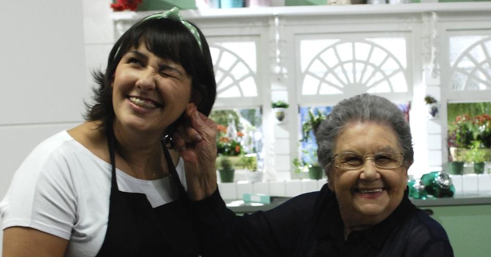 7.ago.2013 - A assistente Clarissa, a quem Palmirinha insiste em chamar de Talita, cuida de todos os detalhes das receitas preparadas pela cozinheira