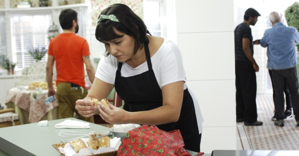 7.ago.2013 - A assistente Clarissa, a quem Palmirinha insiste em chamar de Talita, dá os toques finais na receita apresentada pela cozinheira