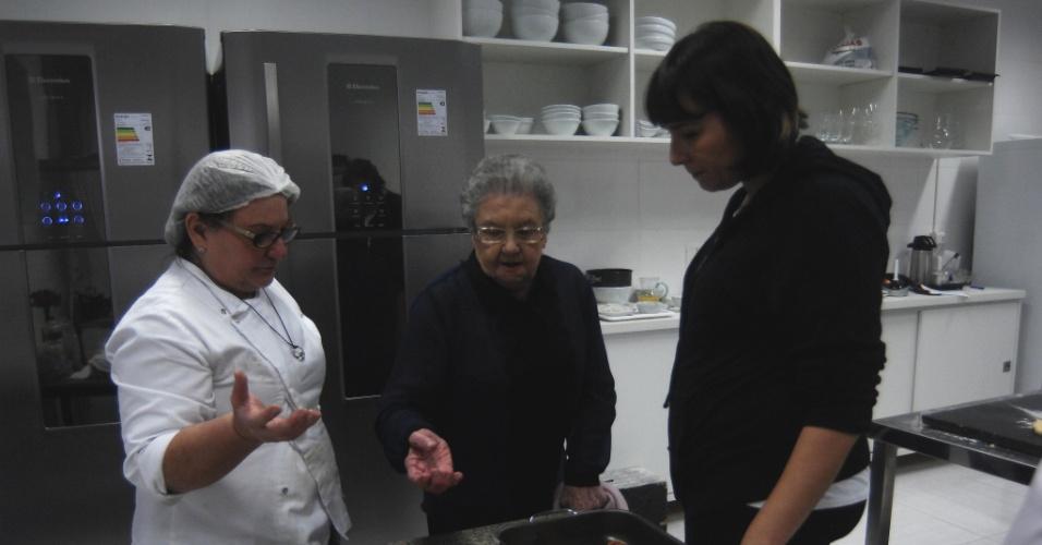 7.ago.2013 - Palimirinha verifica a qualidade do pãozinho de coco que iria apresentar ao público e reprova o resultado