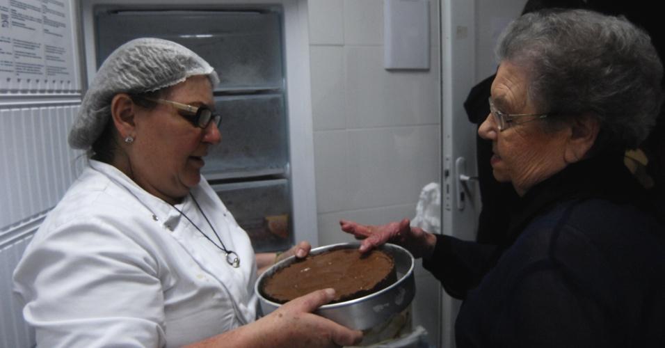 7.ago.2013 - Palimirinha verifica o resultado das comidas pré-preparadas que apresentará ao público de seu programa