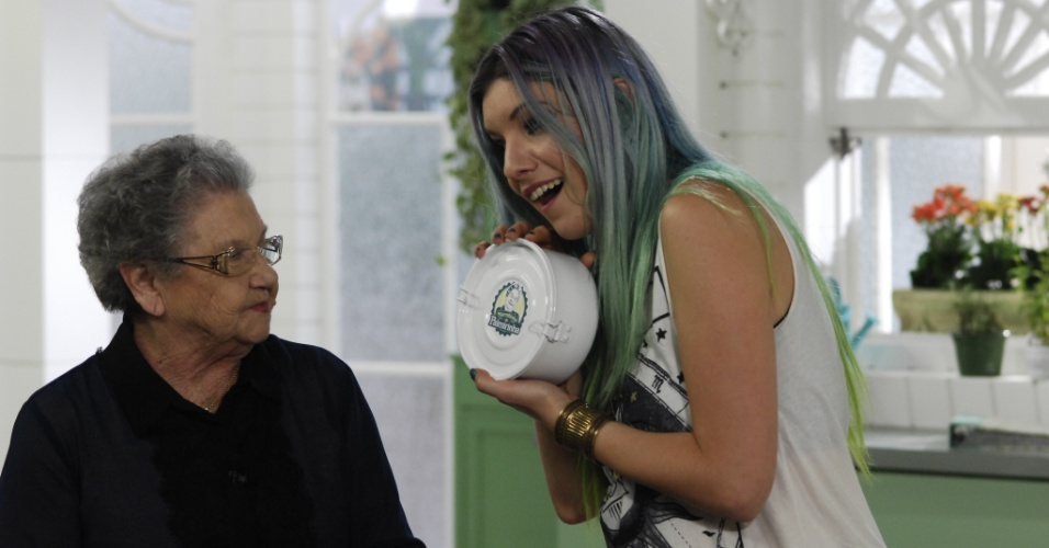 "7.ago.2013 - Palmirinha recebe a apresentadora Marimoon, que ganha marmitinha na segunda temporada do ""Programa da Palmirinha"""