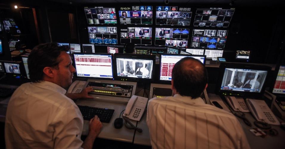 """À esquerda, o diretor Clóvis Rabello nos bastidores durante exibição do """"Cidade Alerta"""""""