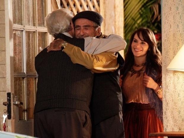 """Em """"Flor do Caribe"""", Samuel consegue a ajuda de Manolo para desmascarar Dionísio"""