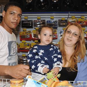MercadoCar: Renan Admilson Pedreira da Silva, Jurema de Freitas e Maria Eduarda (criança) - Murilo Góes/UOL