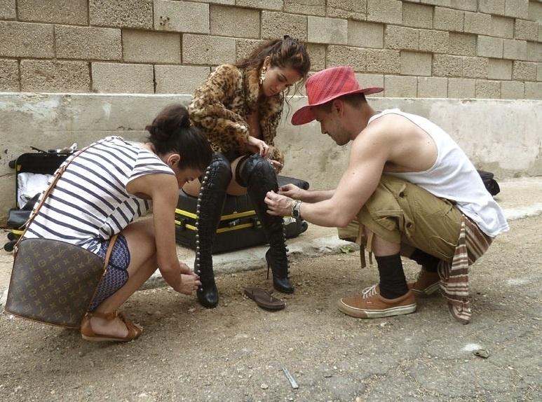 07.ago.2013-  De botas longas, short jeans e casaco de pelos, Nanda se prepara para o ensaio