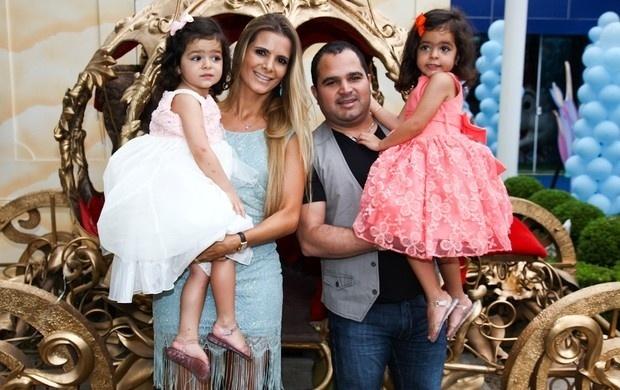 07.ago.2013- Luciano é pai das gêmeas Isabella e Helena