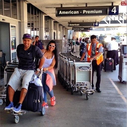 07.ago.2013- Moranguinho empurra o noivo Naldo no carrinho de bagagens no aeroporto de Los Angeles