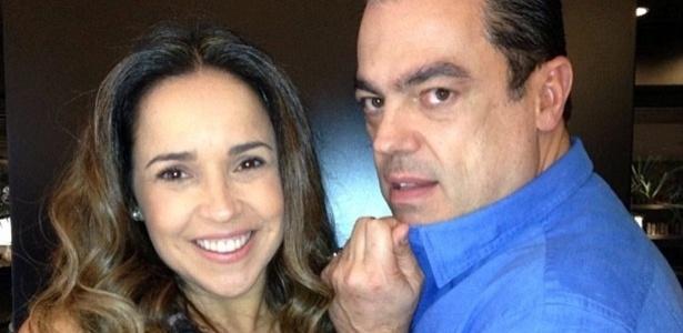 6.ago.2013 - Daniela Mercury exibe novo visual em foto tirada pelo cabeleireiro das estrelas Marco Antônio Di Biaggi. A cantora apareceu com luzes loiras no comprimento do cabelo, que é castanho escuro.