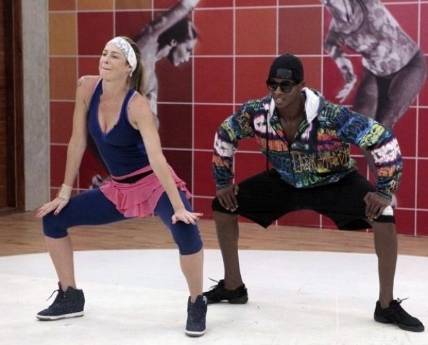 """6.ago.2013 - Envolvida no funk, Luana Piovani mostra rebolado em ensaio da """"Dança dos Famosos"""" com o professor Wagner Santos. A atriz quis dar destaque para o bumbum. """"O funk é todo no bumbum"""", explicou. Sem desejo de voltar para a repescagem, ela brincou sobre a falta de familiaridade com o ritmo: """"Chega uma hora na vida que faz falta nunca ter ido a um baile funk"""""""