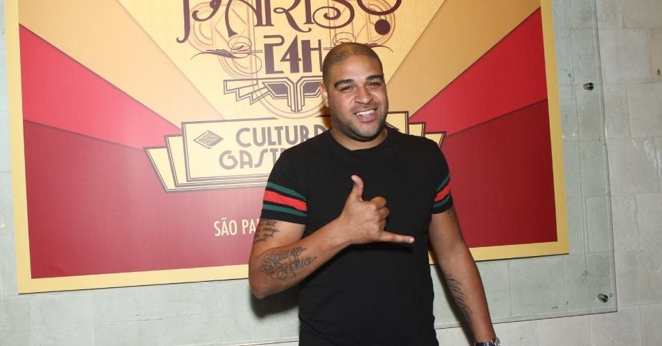 6.ago.2013 - O jogador Adriano na inauguração do restaurante Paris 6 na Barra da Tijuca, no Rio de Janeiro