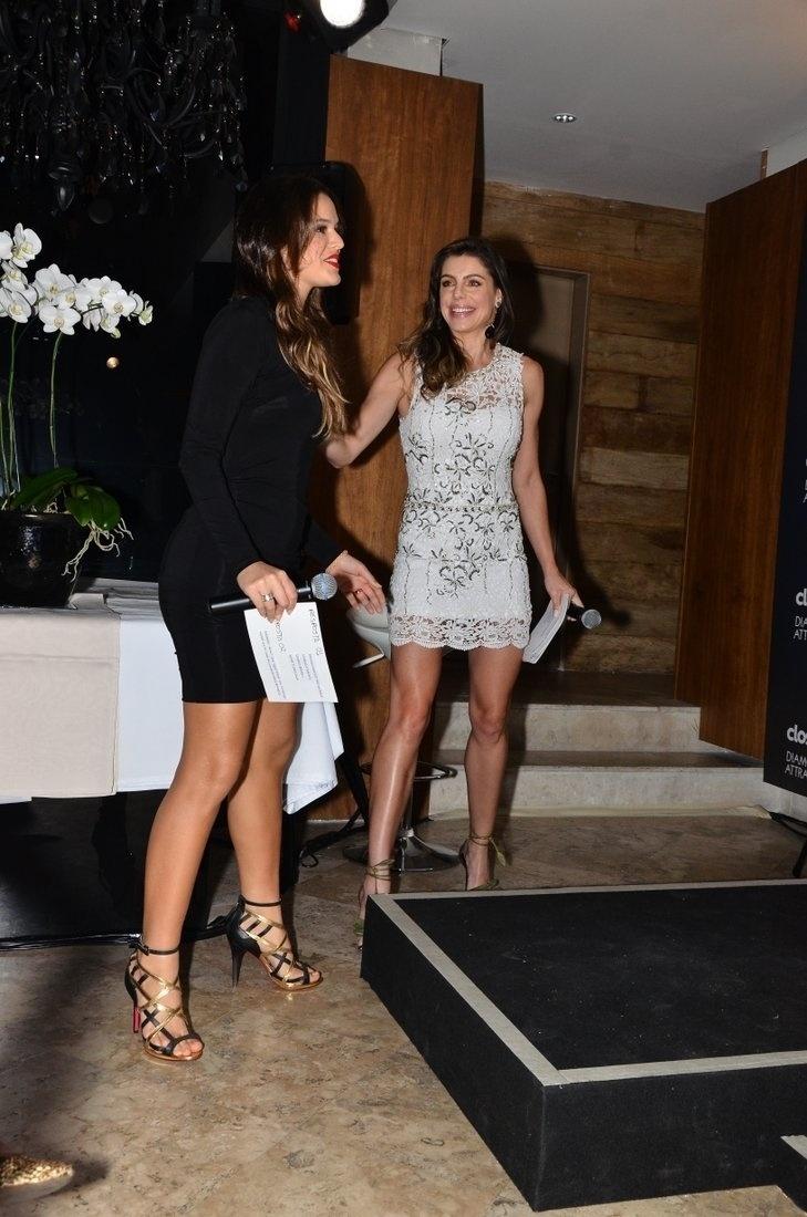 7.ago.2013 - Bruna Marquezine cumprimenta Daniela Cicarelli em evento de marca de higiene dentária que aconteceu na Vila Nova Conceição, em São Paulo. A atriz, que recentemente completou 18 anos, está atualmente na