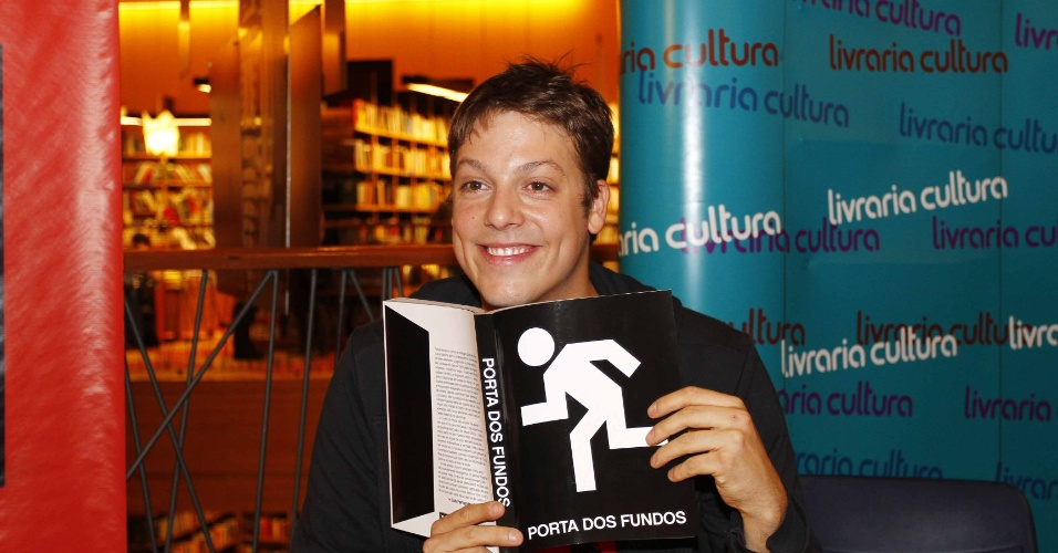 7.ago.2013 - O humorista Fábio Porchat participou do lançamento do livro do canal Porta dos Fundos nesta quarta em um livraria, em São Paulo. O livro reúne 37 roteiros das esquetes que já foram exibidas na internet