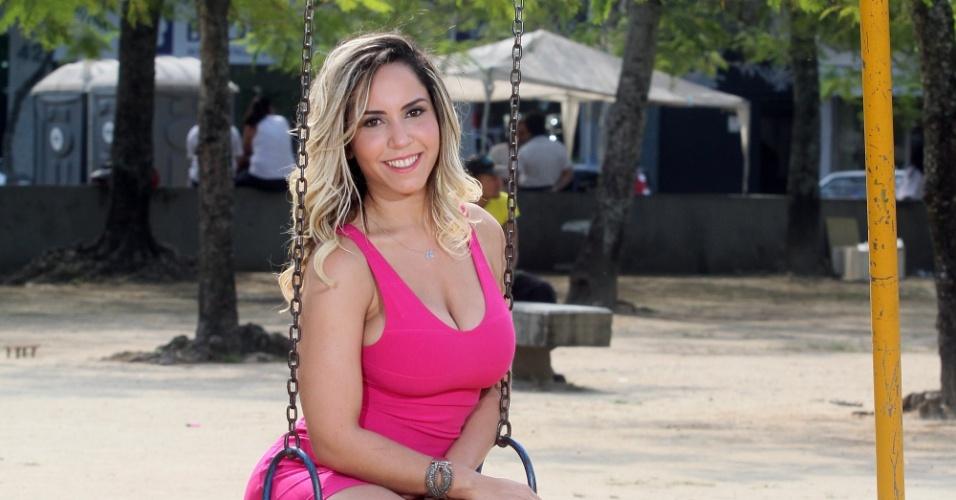7.ago.2013 - Renata Frisson, a Mulher Melão, posou com exclusividade para o UOL em Vila Valqueire, bairro do subúrbio do Rio onde está residindo