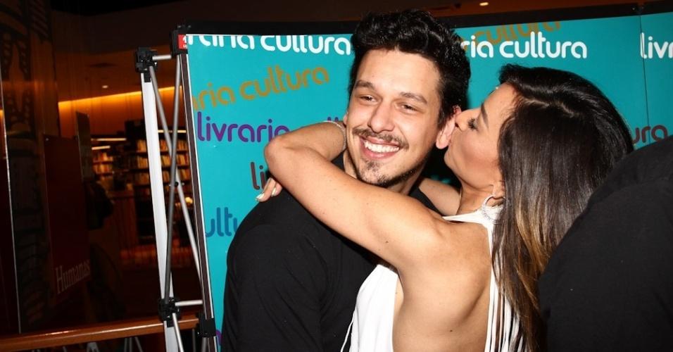 7.ago.2013 - Sabrina Sato trocou beijos com o namorado, João Vicente Carvalho, durante o lançamento do livro do canal Porta dos Fundos nesta quarta em um livraria, em São Paulo. O livro reúne 37 roteiros das esquetes que já foram exibidas na internet