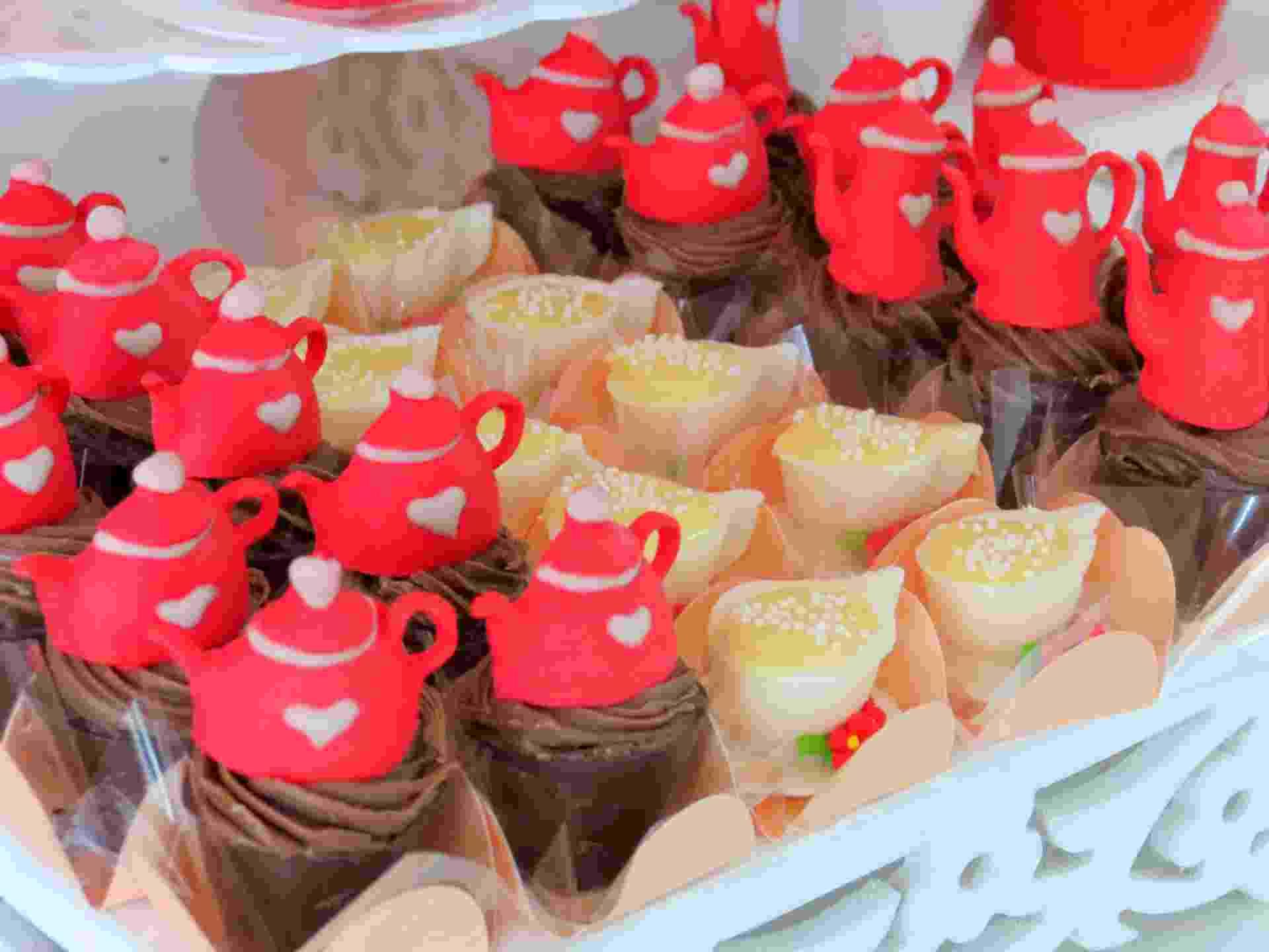 Docinhos decorados com biscuit comestível lembram o tema da festa e incrementam a decoração da mesa. Festa Provençal www.festaprovencal.com.br - Divulgação