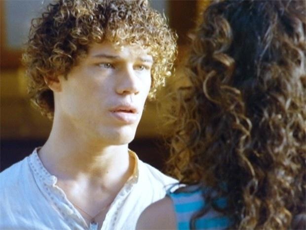 """Em """"Flor do Caribe"""", Taís impede Candinho de falar para Dionísio que é seu filho"""