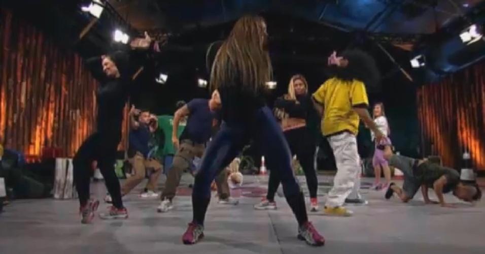 08.ago.2013 - Denise Rocha faz pose durante aula de dança