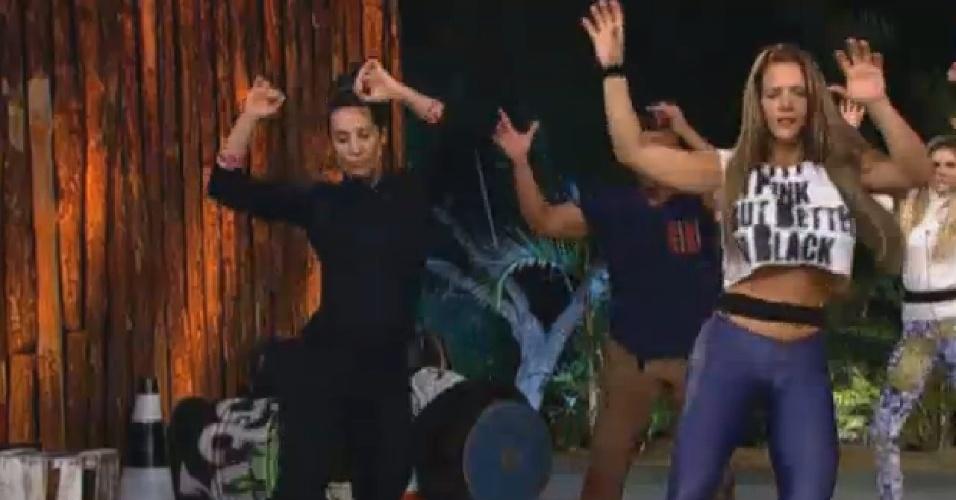 08.ago.2013 - Scheila Carvalho e Denise Rocha se divertem em aula