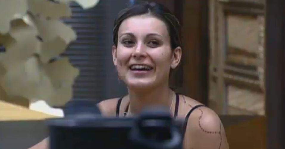 8.ago.2013 - Andressa Urach ri ao lembrar de bebedeira durante a festa na madrugada desta quinta-feira