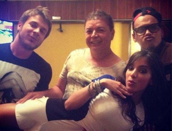 8.ago.2013 - Anitta posa no colo de Thiago Fortes, David Brazil e Duh Marinho no aniversário de 39 anos de Preta Gil, em uma churrascaria no Rio de Janeiro