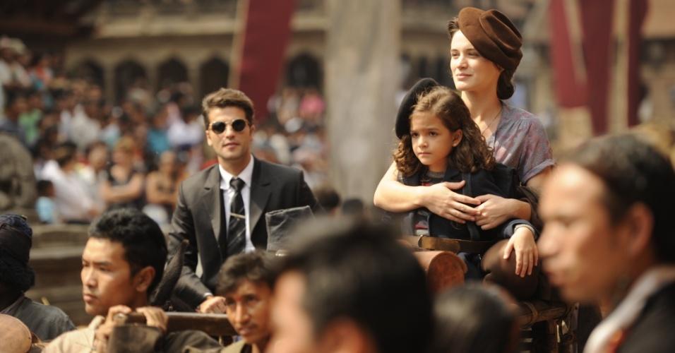 8.ago.2013 - Bruno Gagliasso e Bianca Bin e Mel Maia gravam cenas da próxima novela das seis no Nepal