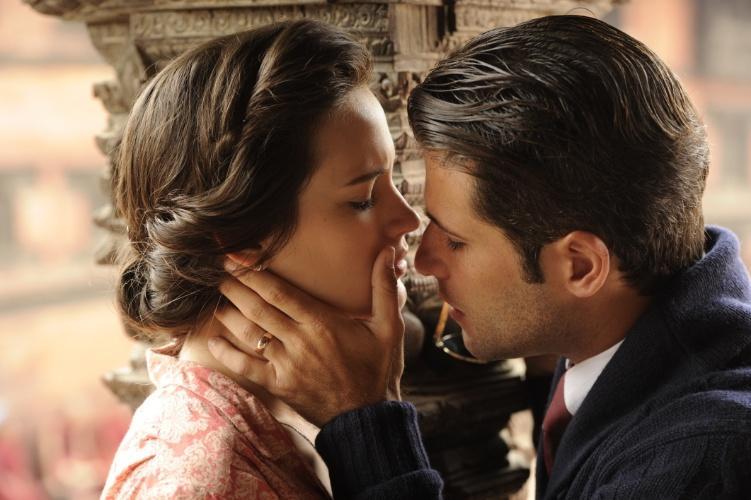 """8.ago.2013 - Bruno Gagliasso e Bianca Bin se beijam em gravação da novela """"Jóia Rara"""" no Nepal. A produção gravou no país cenas da primeira e da segunda fase da trama de Thelma Guedes e Duda Rachid"""