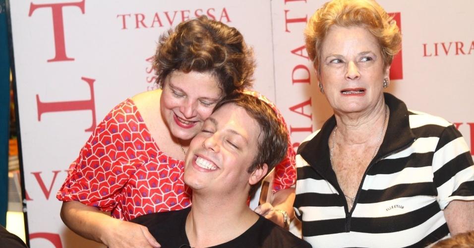 8.ago.2013 - Fábio Porchat é tietado pela mãe e pela avó no lançamento do livro do canal Porta dos Fundos no Rio. O livro reúne 37 roteiros das esquetes que já foram exibidas na internet