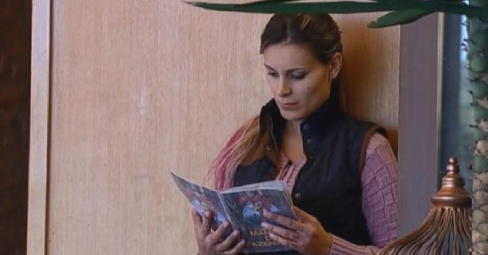 8.ago.2013 - Fazendeira da semana, Andressa Urach lê manual da Fazenda e diz que pedirá a Mateus que substitua Marcos Oliver, que está no celeiro, no cuidado da horta