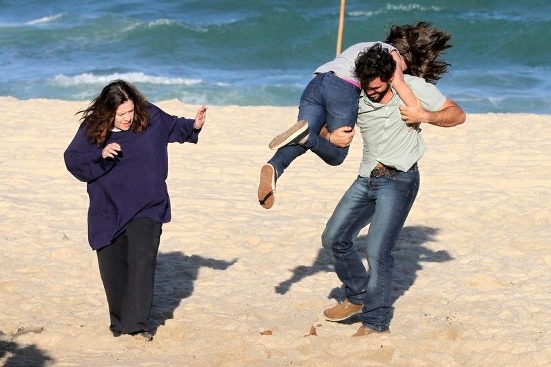 """8.ago.2013 - Juliano Cazarré, Klara Castanho e Neusa Maria Faro gravaram cenas de """"Amor à Vida"""" na zona oeste do Rio. Na trama, Ninho (Cazarré) sequestra Paulinha (Castanho)"""