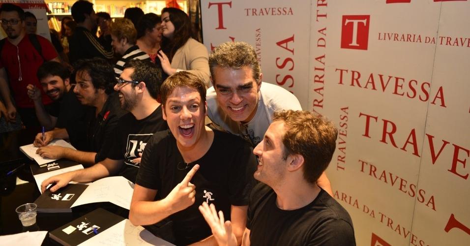 8.ago.2013 - Nizo Neto, filho do humorista Chico Anysio, faz graça entre Fábio Porchat e Gregório Duvivier, na sessão de autógrafos do livro do canal Porta dos Fundos