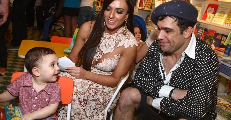 8.ago.2013 - O humorista Evandro Sato e Nicole Bahls, do