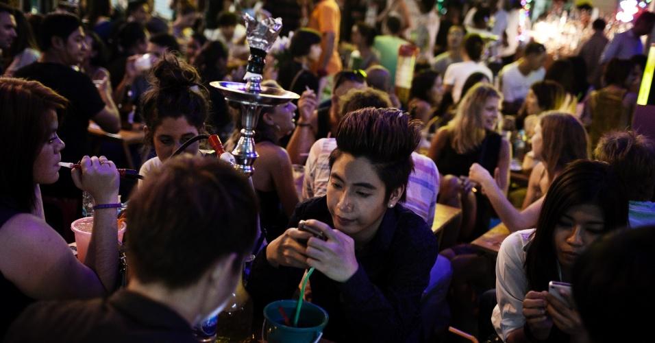 Khao San Road é o maior distrito mochileiro do Sudeste Asiático e, durante décadas, suas ruas foram um paraíso de comida e hospedagem baratas para os viajantes de baixo orçamento. Agora, porém, a área se tornou uma opção descolada para os jovens tailandeses que saem para azarar os turistas e beber cerveja barata