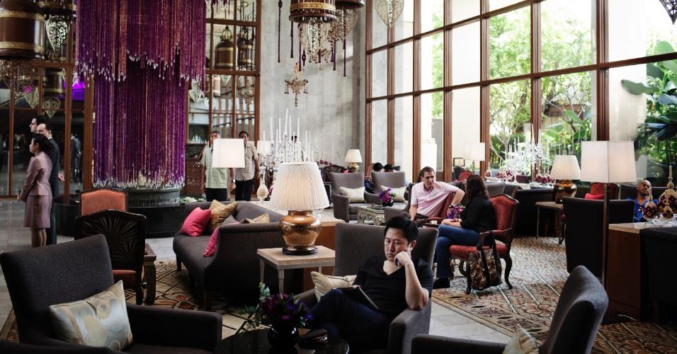 Numa cidade onde o antigo quase sempre é destruído para dar espaço ao novo, o hotel Mandarin Oriental guarda um valor histórico e a fama de ter recebido escritores como Joseph Conrad e Somerset Maugham