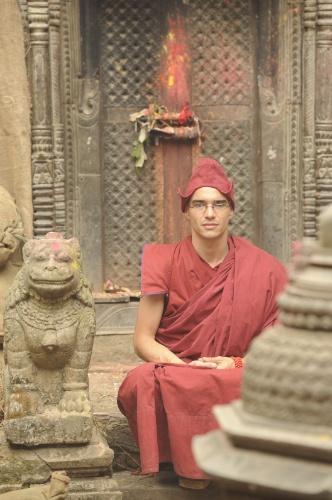 """""""O primeiro dia de gravação [no Nepal] foi logo no Mosteiro De Shechen. Foi indescritível a emoção de começar lá"""", contou o ator Caio Blat, que será o monge Sonan em """"Jóia Rara"""""""
