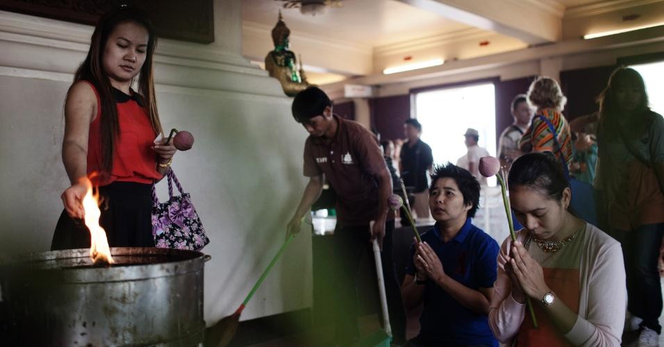 Público se reúne em um dos muitos templos budistas de Bancoc, na Tailândia