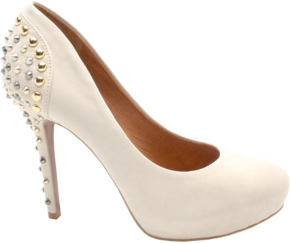 200cd2593 Sapato com tachas douradas e prateadas no salto; da Carrano (www.carrano.