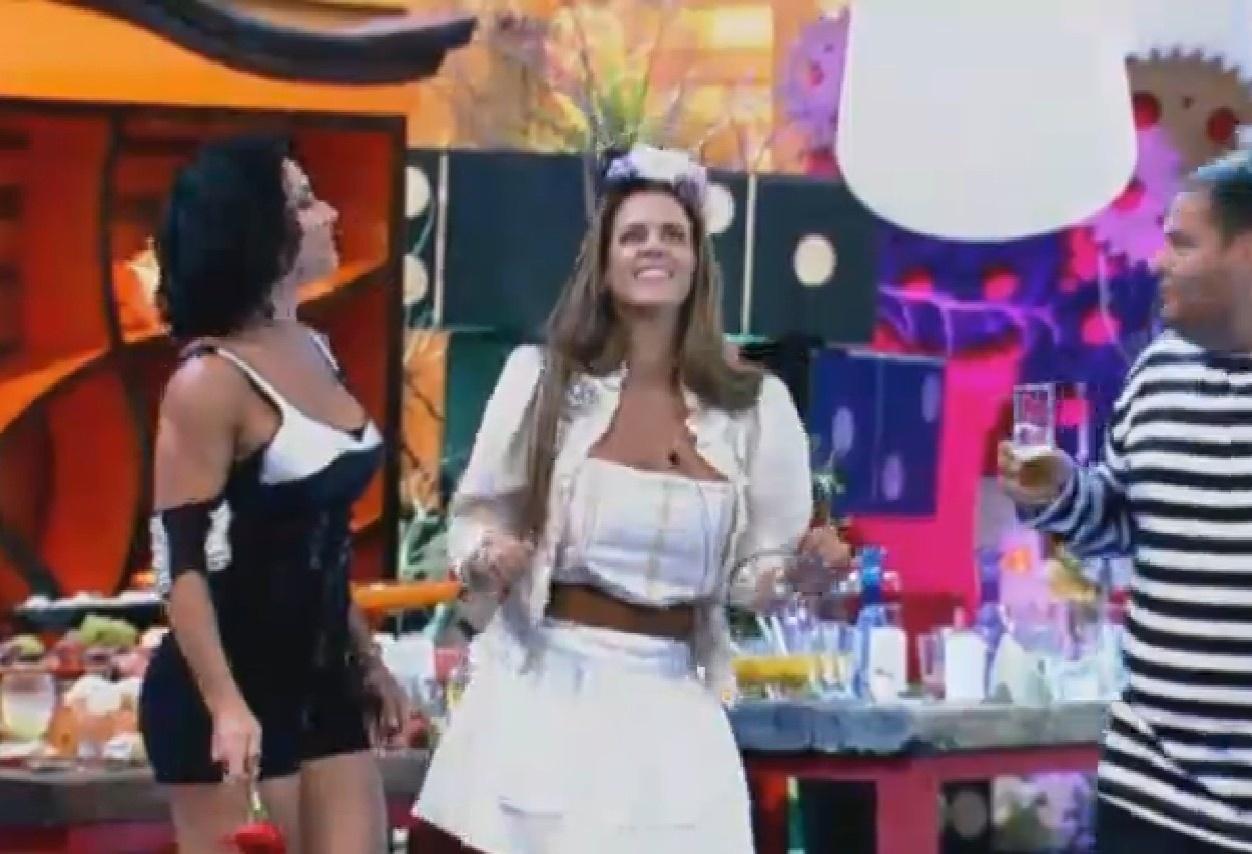 7.ago.2013 - Scheila Carvalho lembrou da sua época de dançarina do É o Tchan ao dançar com Denise Rocha e Gominho